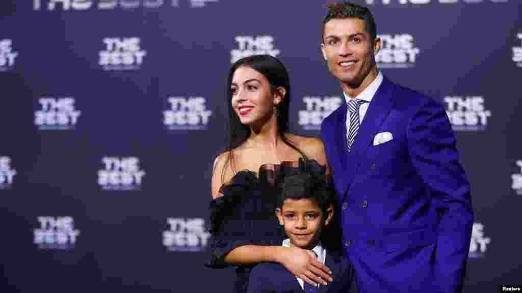 Cristiano Ronaldo, son fils Cristiano Ronaldo Jr et Georgina Rodriguez arrivent à la cérémonie,àZurich, le 9 janvier 2016.
