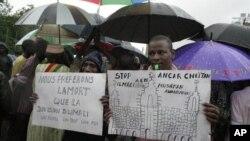 Những người dân bắc Mali biểu tình trong thủ đô Bamako của Mali, phản đối các phần tử Hồi giáo chiếm miền bắc Mali