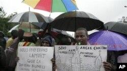 Warga asli Mali utara berunjuk rasa menentang pemberlakuan hukum islam di wilayahnya, di ibukota Mali, Bamako (Foto: dok). Aksi serupa digelar penduduk kota Goundam, di daerah Timbuktu utara (14/7).