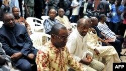 Gilbert Diendéré et Djibrill Bassolé et d'autres accusés lors de leur procès à Ouagadougou, le 27 avril 2017.