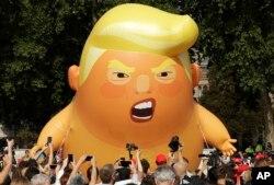 Un globo de seis metros de alto representando un bebé gritando en referencia al presidente de EE.UU. Donald Trump durante protestas en Londres el viernes, 13 de julio de 2018.