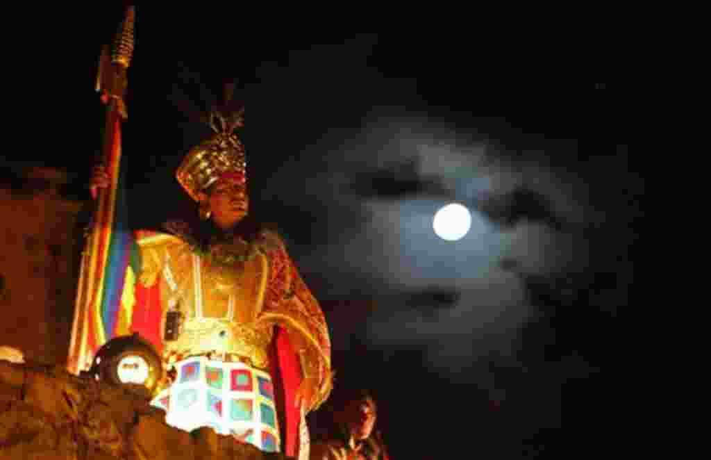 Un hombre vestido como de inca durante la ceremonia de reapertura de la ciudadela inca de Machu Picchu en el templo de Koricancha en Cuzco, Perú.
