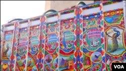 ٹرک آرٹ کے نمونے جسمیں قدرتی مناظر، پرندوں اور خوبصورت نقش و نگار سے ٹرک کو سجایا گیا ہے