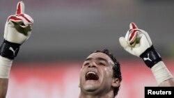 Essam El-Hadary fête sa victoire contre le Cameroun à Benguela, le 25 janvier 2010.