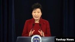 박근혜 한국 대통령이 2016년1월 청와대 춘추관 브리핑룸에서 대국민 담화를 발표하고 있다.(자료사진)