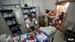 Seorang apoteker sedang menyiapkan obat bagi penderita HIV di klinik MSF di Rangoon. Puluhan ribu penderita HIV di Burma tidak bisa memperoleh obat anti-retroviral akibat berkurangnya bantuan internasional untuk mengobati HIV dan TBC.