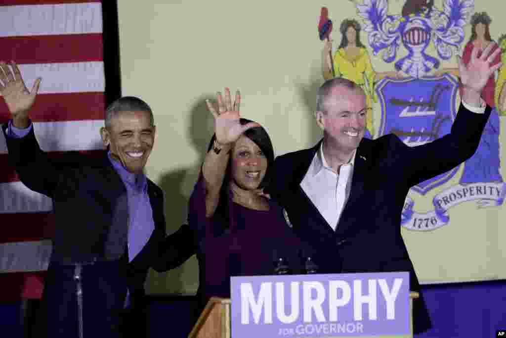 L'ancien président Barack Obama, à gauche, s'affiche avec la candidate démocrate Sheila Oliver, gouverneur du New Jersey, et le candidat au poste de gouverneur, Phil Murphy, à Newark, NJ, 19 octobre 2017.