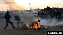 La police tente de secourir un homme brulé lors des violences xénophobes en Afrique du Sud (Image d'archive 2008).