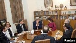 အေမရိကန္ႏိုင္ငံျခားေရးဝန္ႀကီး John Kerry (ဗဟို) ၊ ႏိုင္ငံျခားေရးဝန္ႀကီးဌာန ဒီမိုကေရစီ၊ လူ႔အခြင့္အေရးနဲ႔ အလုပ္သမားေရးရာ လက္ေထာက္ ႏိုင္ငံျခားေရးဝန္ႀကီး Tom Malinowski (တတိယေျမာက္-ဝဲ)