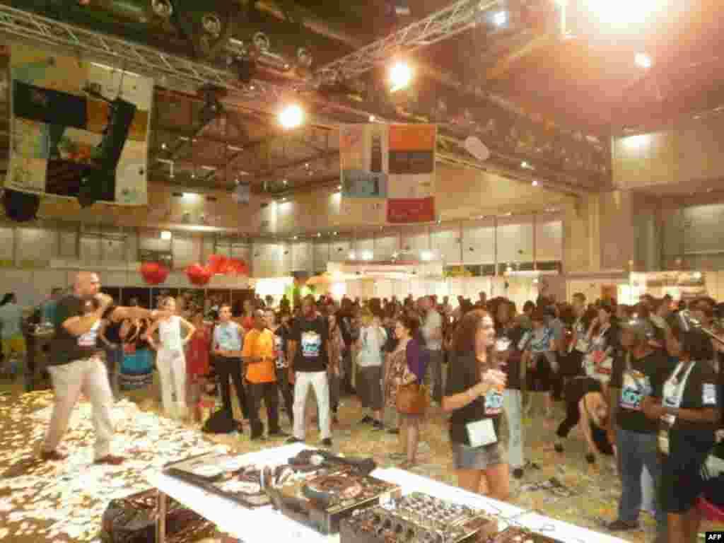 В Глобальной деревне часто проходили концерты и мероприятия