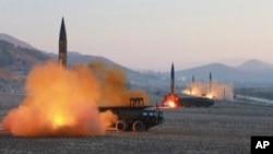 Imagen tomada de un video del canal norcoreano KRT el 7 de marzo de 2017, cuando Corea del Norte lanzó cuatro misiles desde un lugar no determinado.