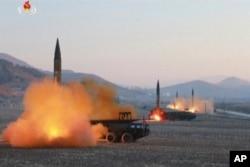 Bắc Triều Tiên đã và vẫn đang tìm cách phát triển tên lửa đạn đạo mang đầu đạn hạt nhân có khả năng bắn tới Hoa Kỳ.