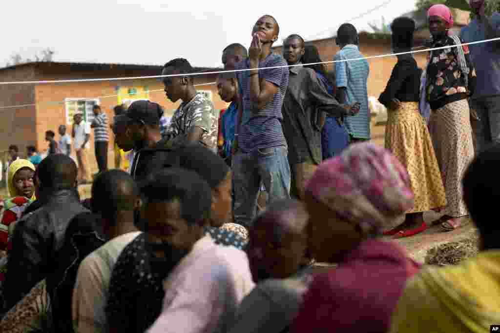 Les Rwandais font la queue dans un bureau de vote dans la capitale du Rwanda, 4 août 2017.