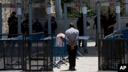 نصب دستگاههای فلزیاب در ورودی محوطه حرم شریف با واکنش مسلمانان روبرو شد.