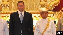 美国驻缅甸大使米德伟2012年7月11日在缅甸总统官邸同缅甸总统吴登盛合影