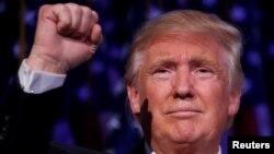 도털드 트럼프 미 대통령 당선인이 9일 새벽 승리가 확정된 후 뉴욕 선거본부에서 첫 연설을 하고 있다.