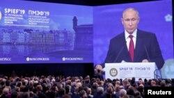 Presiden Rusia Vladimir Putin berbicara hari Jumat (7/6) pada forum investasi/ekonomi internasional (SPIEF) di St. Petersburg, Rusia.