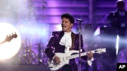 Bruno Mars trên sân khấu của lễ trao giải âm nhạc Mỹ lần thứ 59 tổ chức tại Los Angeles vào tháng 2 vừa qua.
