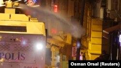 Polisi Turki menggunakan meriam air untuk membubarkan demonstrasi anti-pemerintah di Istanbul.