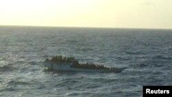 Sebuah perahu yang mengangkut sekitar 150 pencari suaka terlihat terapung-apung sebelum tenggelam di dekat kepulauan Chtistmas, Australia (Foto: dok). Sebuah kapal yang diyakini membawa sekitar 100 pencari suaka dilaporkan tenggelam di wilayah ini, Selasa (20/8).