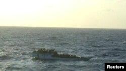 Chiếc thuyền bị lật vì sóng lớn ở ngoài khơi tiểu bang Johor ở miền nam Malaysia (ảnh tư liệu).