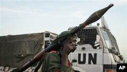 Seorang tentara pemerintah Kongo berdiri di dekat truk PBB di kota Kibati, provinsi Goma (foto: dok). PBB berjanji ikut melindungi Goma dari pemberontak.