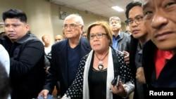 Senator Leila de Lima dikawal oleh petugas keamanan Senat setelah Mahkamah Pengadilan Regional memerintahkan penangkapannya di markas Senat di kota Pasay, Manila, Filipina, 23 Februari 2017. (REUTERS/Romeo Ranoco).
