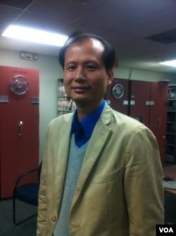 中国科普作家方舟子做客美国之音接受专访 (2012年11月9日,美国之音海涛拍摄)