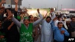 لاہور میں پی ایم ایل ن کارکنان کی نعرے بازی