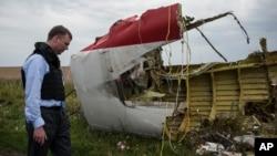 Обломки малазийкого авиалайнера, упавшего в Украине, осматривает член миссии ОБСЕ Александр Хаг (архивное фото)