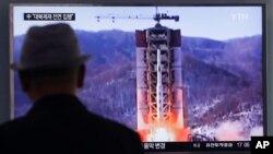 Warga Seoul, Korea Selatan menonton di layar TV berita mengenai peluncuran misil Korut, Kamis (28/4).