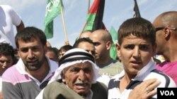 Seorang kakek Palestina terharu saat menyaksikan cucunya, Khaled Muhasen, dibebaskan dari penjara Israel (18/10).