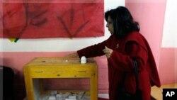 一位女选民12月5日在开罗的决选中投票