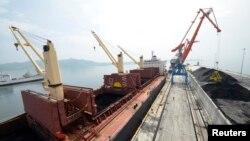 호주 출신 사업가 등이 유엔의 제재를 받는 북한 기업과 광물 관련 사업을 해온 것으로 알려졌다. 지난 2014년 북한 라진항 부두에서 석탄 선적 작업이 이뤄지고 있다. (자료사진)