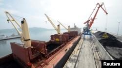 지난해 7월 북한-러시아 협력 사업으로 건축된 라진항 부두에서 석탄 선적 작업이 이뤄지고 있다.