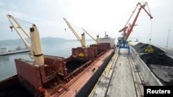 지난 7월 북한 라진항에서 러시아와 협력사업으로 건조한 둑 기공식이 열린 가운데, 석탄을 실은 화물선이 정박해있다.
