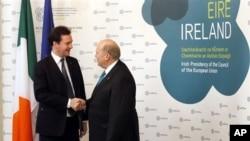 12일 아일랜드 더블린에서 유럽연합 재무장관회담이 개막한 가운데, 조지 오스본 영국 재무장관 (왼쪽)과 마이클 누난 아일랜드 재무장관 (오른쪽)이 인사를 나누고 있다.