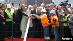 PM Erdogan (ketiga dari kiri), istrinya Emine (keempat dari kiri), Presiden Abdullah Gul (keenam dari kiri) dan istrinya (kelima dari kiri) dalam upacara peletakan fondasi jembatan Bosforus ketiga (20/5).