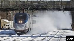 一辆在雪中行驶的美铁火车(资料照片)