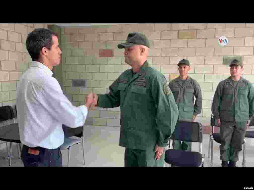 Militares desertores se presentaron oficialmente ante el presidente encargado de Venezuela, Juan Guaidó, mostrando su apoyo a la entrada de la ayuda humanitaria al país.