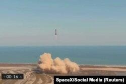 Prototipe Starship SN9 meluncur saat diuji coba.