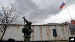 Ruski vojnik maršira ispred baze ukraijnske pešadije u Perevalnu