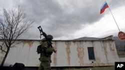Lính Nga tuần tra bên ngoài căn cứ bộ binh ở Perevalne, Ukraina, ngày 4/3/2014.