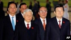 Từ trái: Thủ tướng Nguyễn Tấn Dũng, Tổng Bí thư Nguyễn Phú Trọng, Chủ tịch Quốc hội Nguyễn Sinh Hùng, Chủ tịch nước Trương Tấn Sang tham dự một buổi lễ đặt vòng hoa tại lăng Hồ Chí Minh, Hà Nội, ngày 20/1/2016.