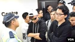 10多名網絡傳媒成員及網民被拒進入香港版權大聯盟記者會,主辦單位報警處理。(美國之音湯惠芸)
