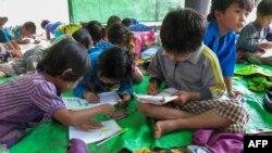 ကယားျပည္နယ္၊ ဒီေမာဆိုၿမိဳ႕နယ္အနီး Pu Phar ရြာက စစ္ေဘးေရွာင္ကေလးေတြ ေက်ာင္းတက္ေနတဲ့ျမင္ကြင္း။ (ဇူလိုင္ ၃၊ ၂၀၂၁)