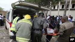 星期五在阿布賈的聯合國辦公樓被炸後﹐有關人員正運送傷員