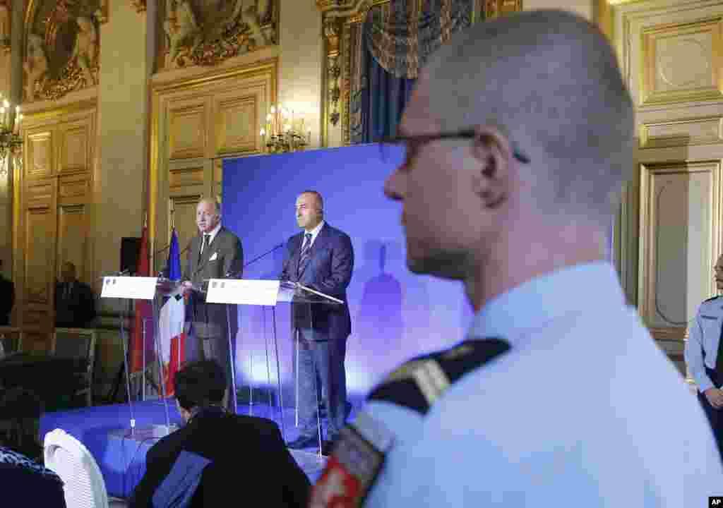 لوران فابیوس، وزیر خارجه فرانسه (چپ) در کنار همتای ترکش مولود کاووساوغلو در یک کنفرانس خبری نسبت به سقوط شهر کوبانی به دست شورشیان داعش ابراز نگرانی کردند – پاریس، ۱۸ مهر ۱۳۹۳