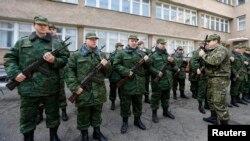 3月13日,新成立的亲俄罗斯的克里米亚自卫部队成员在首府辛菲罗波尔