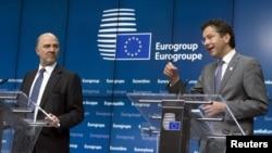 Ủy viên châu Âu phụ trách các vấn đề kinh tế và tài chính, ông Pierre Moscovici (trái) và Chủ tịch Eurogroup Jeroen Dijsselbloem phát biểu trong một cuộc họp báo sau cuộc họp khẩn về vấn đề nợ của Hy Lạp tại Brussels, ngày 22/6/2015.